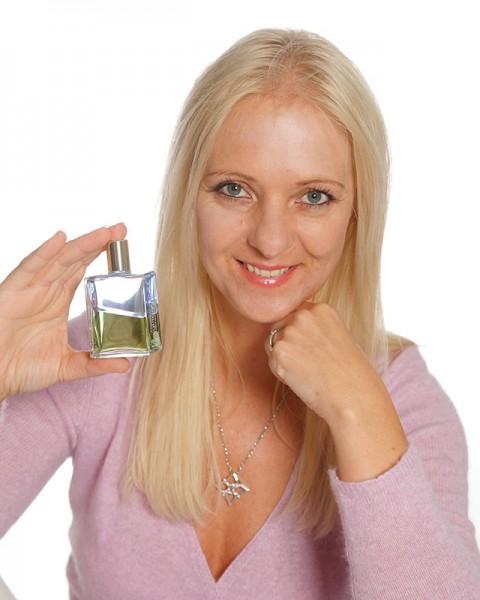 Barbara heider rauter mit Aura-Soma Flasche in der Hand